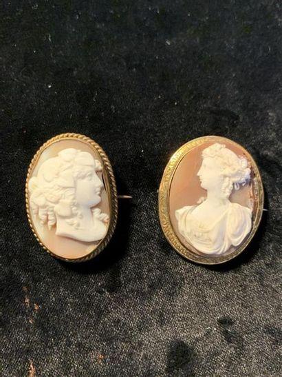 Deux broches ovales en métal doré serties...