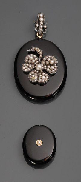 Pendentif reliquaire ovale en onyx orné au...