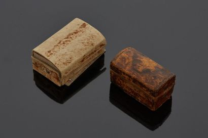 Coffre miniature en cuir estampé, dans un...