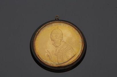 Médaille représentant le Pape Léon XII bénissant...