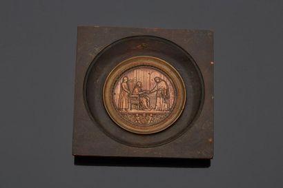 Cadre en bois orné d'une médaille en bronze...