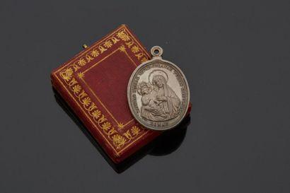 Médaille en argent de forme ovale représentant...