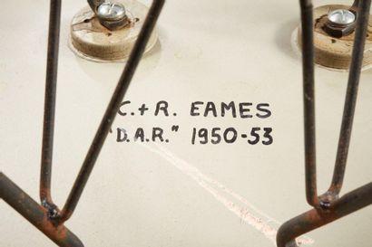 Charles EAMES  DAR, modèle créé en 1948  Fauteuil en fibre de verre rouge thermo-moulée...