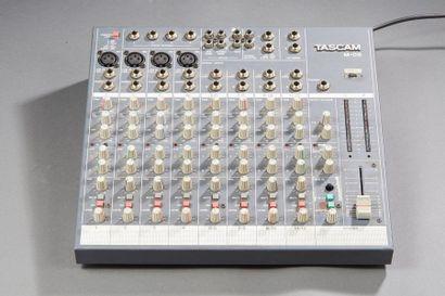 TASCAM M-08  Petite table de mixage.  4 entrées...