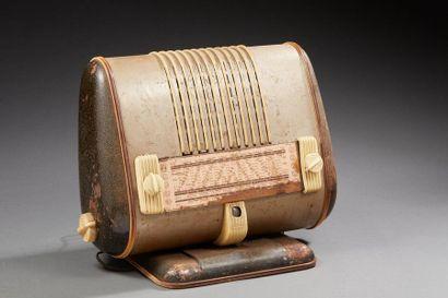 POSTE DE RADIO en forme de radiateur.  (...