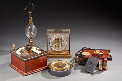 LOT composé de divers matériels: pendules,...