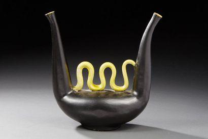 Dandoy  Vase lyre à 2 becs en céramique émaillé...