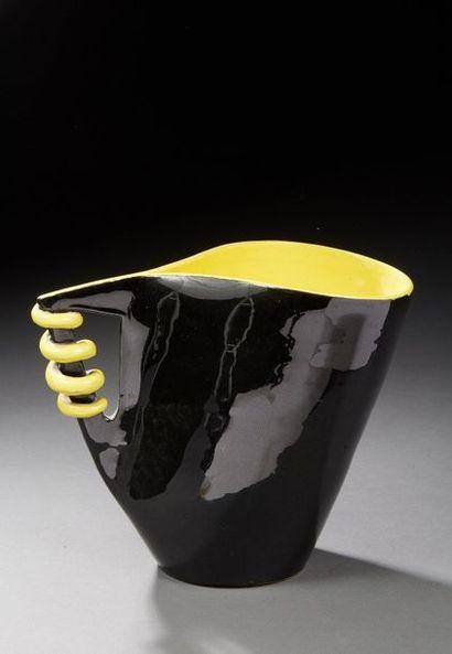 Travail des années 1950.  Broc en céramique...