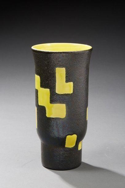 Attribué à Elchinger.  Vase cylindrique en...