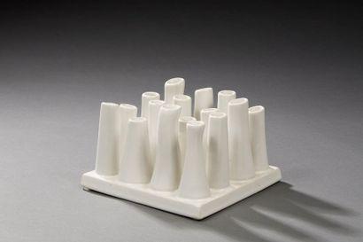 Travail contemporain  Vase à base carrée...