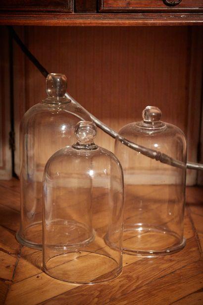 Trois cloches en verre soufflé (petit éclat...