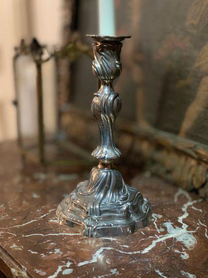 Paire de flambeaux en métal argenté à décor...