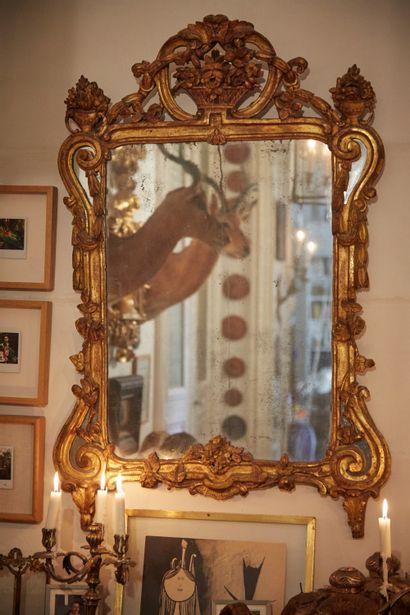 Miroir en bois sculpté et doré à décor de...