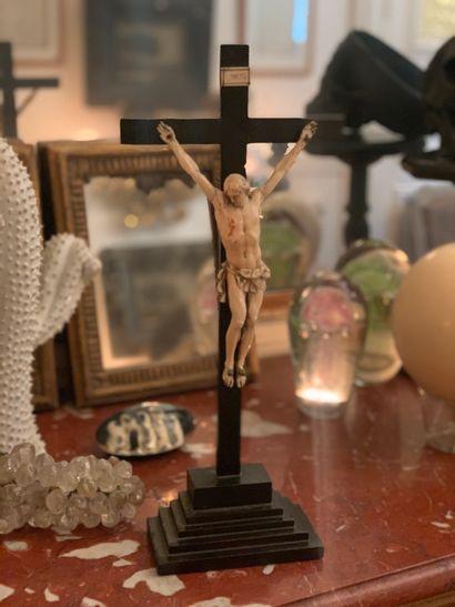 Crucifix, le Christ en ivoire sculpté (manque...