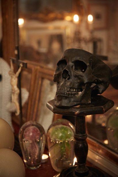 Crâne humain en plâtre à patine noire. On...
