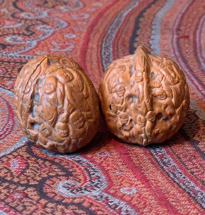 Deux noix sculptées à décor de personnages...