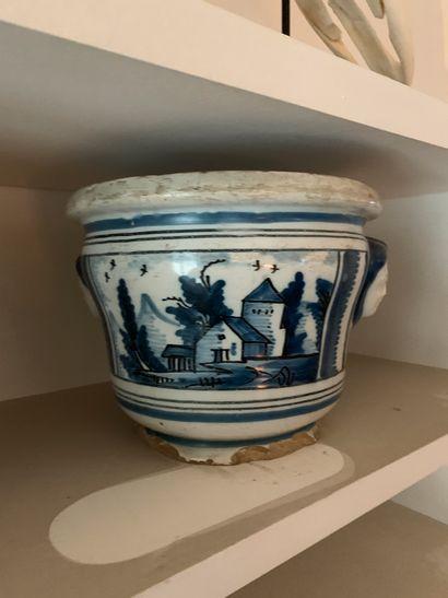 Pot à fleurs en faïence à décor bleu blanc...