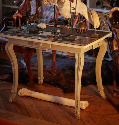 Table d'époque Louis XV en bois relaqué gris...