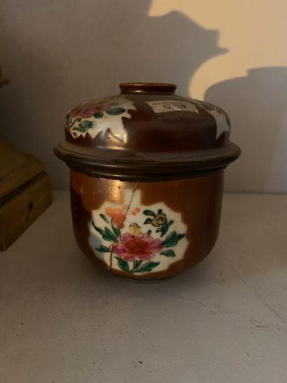 Pot couvert en porcelaine à décor de fleurs...