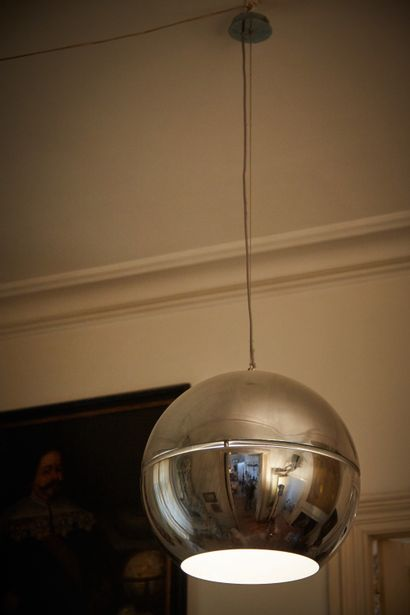 Deux suspensions sphères ajourées en métal...