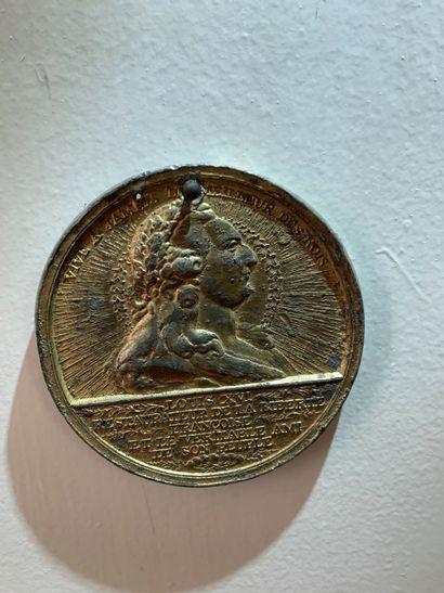 Médaille révolutionnaire en plomb doré représentant...