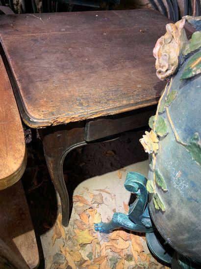 Petite table-bureau de forme galbée en noyer...