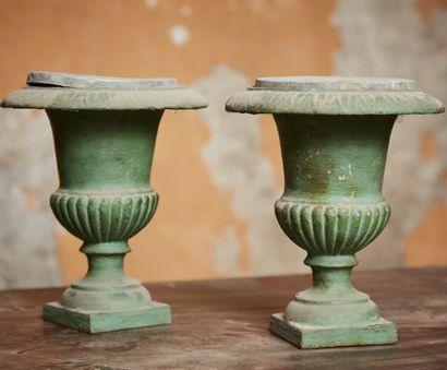 Paire de vases de forme Médicis en fonte...