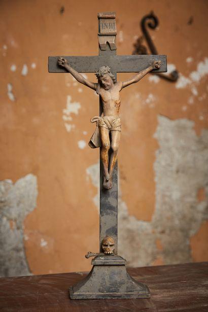 Christ en bois sculpté polychrome.  Ancien...