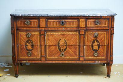 Commode en bois de placage, à décor de médaillons,...