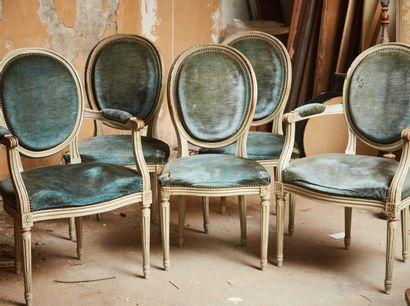 Deux fauteuils et trois chaises en bois laqué...