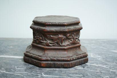 Base-socle octogonale en bois sculpté à décor...