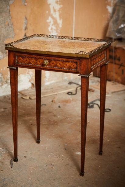 Petite table de salon rectangulaire à quatre...