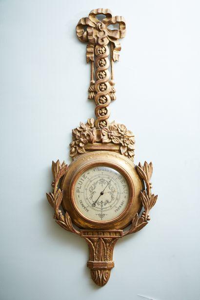 Baromètre en bois doré.  Style Louis XVI....
