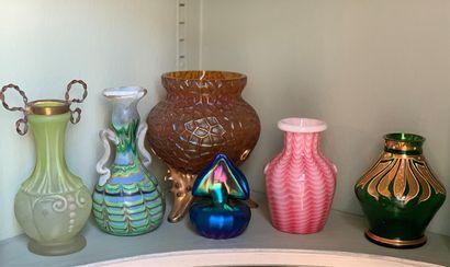 Lot de six petits vases en verre de différents...