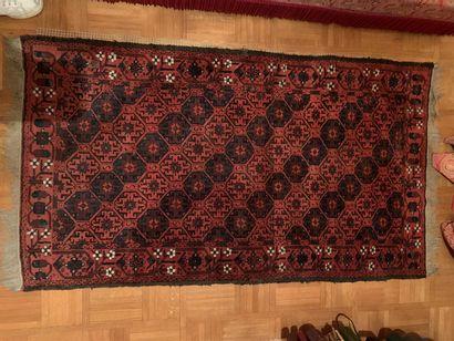Tapis d'Orient à fond rouge  163 x 92 cm...