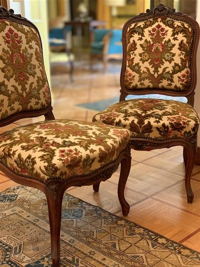 Deux chaises en bois naturel sculpté de feuillages...