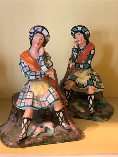 Deux petites statuettes en porcelaine polychrome...