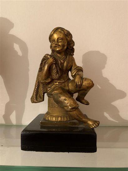 Statuette en bronze ciselé et doré représentant...