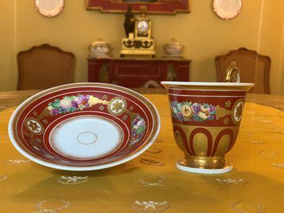 Tasse et sa sous-tasse en porcelaine polychrome...