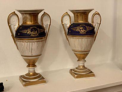 Paire de petits vases balustres en porcelaine...