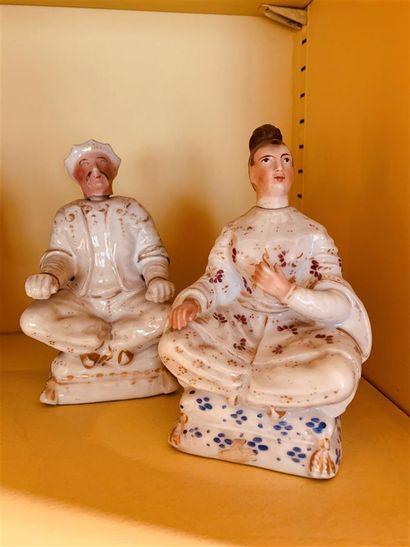 Deux de petits flacons en porcelaine à décor...