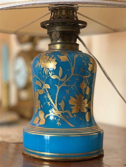 Lampe à pétrole en opaline bleue à décor...