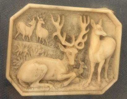 Plaquette octogonale en ivoire sculpté représentant...