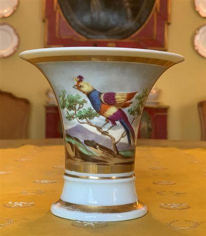Coupe évasée en porcelaine blanche à décor...