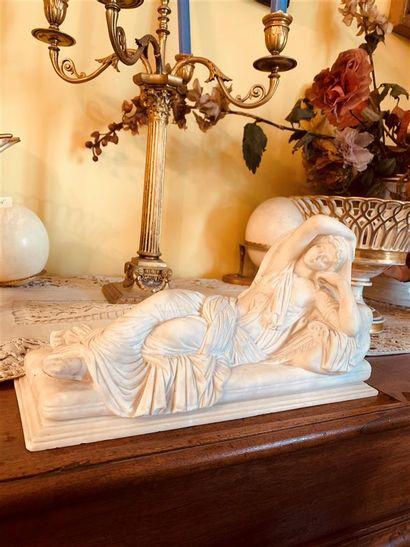Statuette en marbre blanc représentant une...