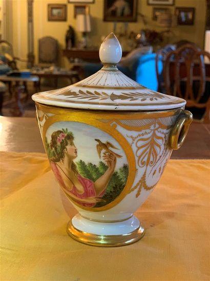 Pot en porcelaine blanche à décor doré de...