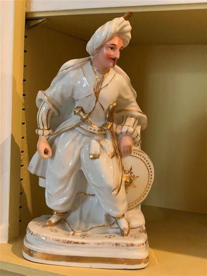 Flacon statuette en porcelaine à décor émaillé...