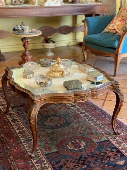 Table basse en bois naturel mouluré et sculpté...