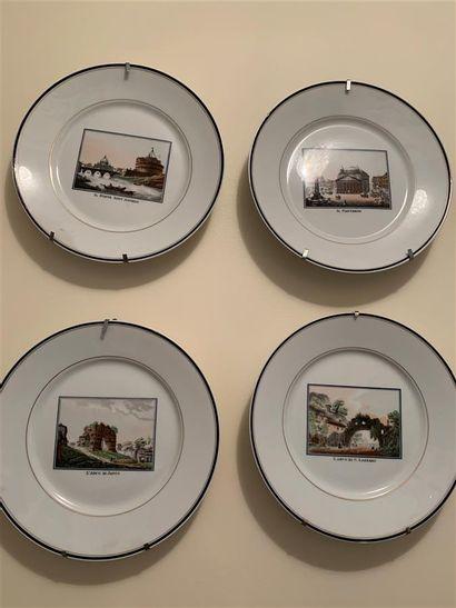 Suite de onze assiettes en porcelaine à décor...
