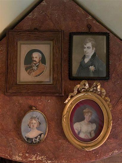 Lot de quatre miniatures représentant deux...